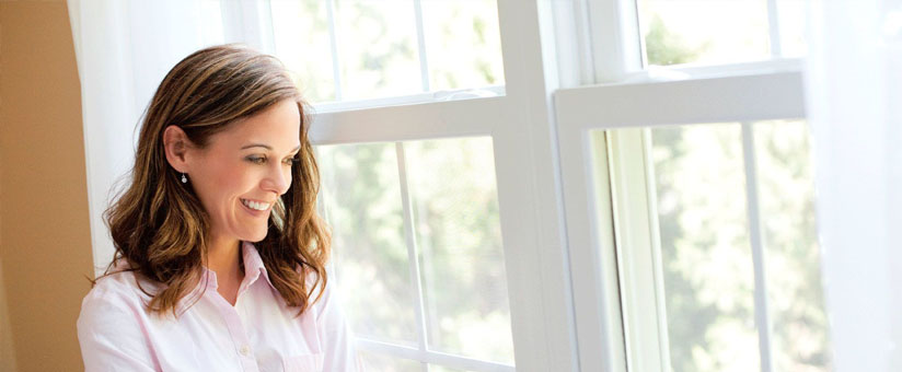 Девушка рядом с окном РЕХАУ