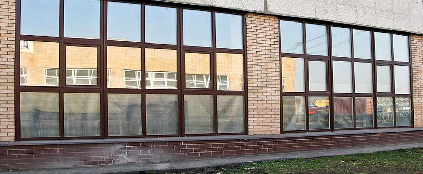 Цветные пластиковые окна в здании