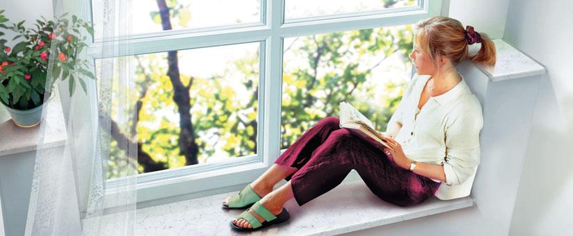 Девушка рядом с окном