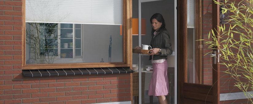 Окна на балконе в кирпичном доме
