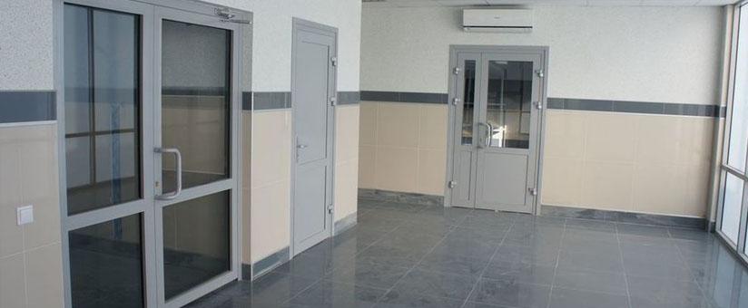 Алюминиевые двери в коридоре