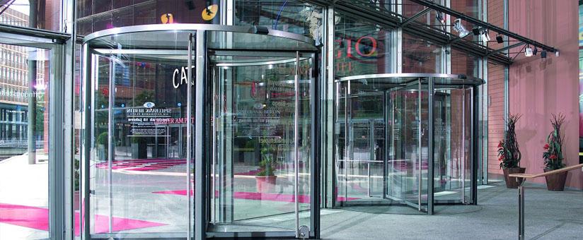 Алюминиевые двери в торговом центре