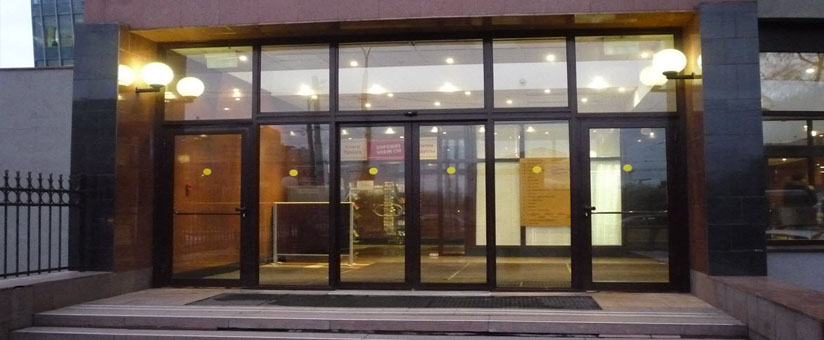 Алюминиевые двери в бизнес центре