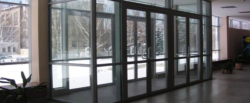 Алюминиевые двери в холле