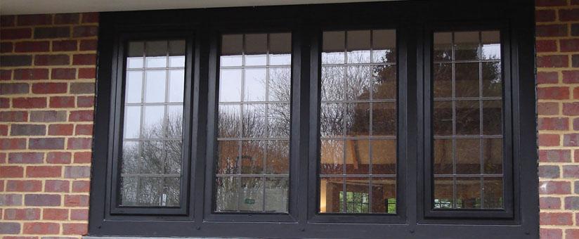Черные окна в кирпичном доме