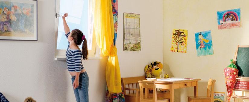 Девочка рядом с окном пвх в детской