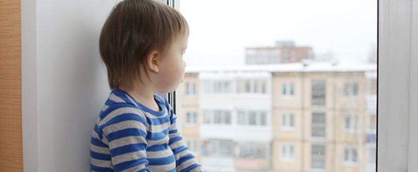 Ребенок у окна REHAU в детской