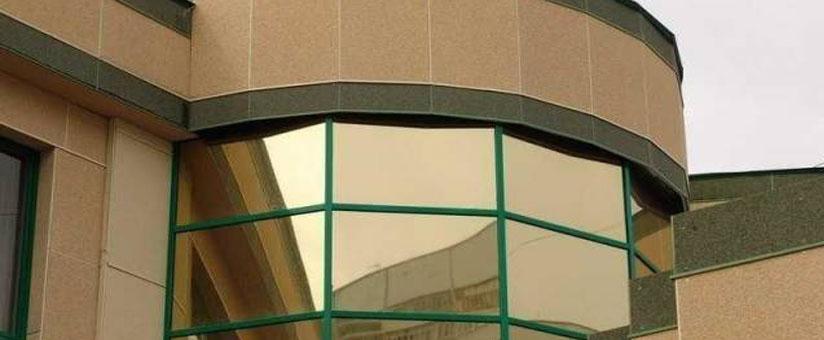 Зеркальные окна в здании